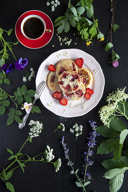 Mini pancakes with elderberry and strawberries. Amerikanska minipannkakor med fläder och jordgubbar.  Det blir bara pannkaka.