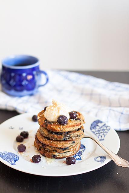 Blueberry pancakes with peanut butter, roasted coconut and maple syrup. Gluten free banana pancakes with peanut butter and coconut. Amerikanska blåbärspannkakor med jordnötssmör och kokos.  Det blir bara pannkaka.