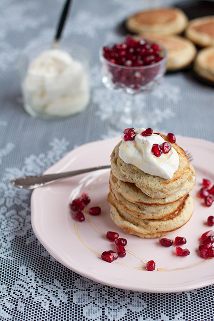 Chia pancakes with greek yoghurt, pomegranate and honey.  Chiapannkakor med grekisk yoghurt, granatäpple och honung.  Det blir bara pannkaka.