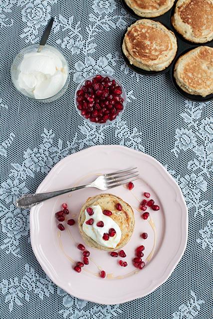 Chiapannkakor med grekisk yoghurt, granatäpple och honung. Det blir bara pannkaka.