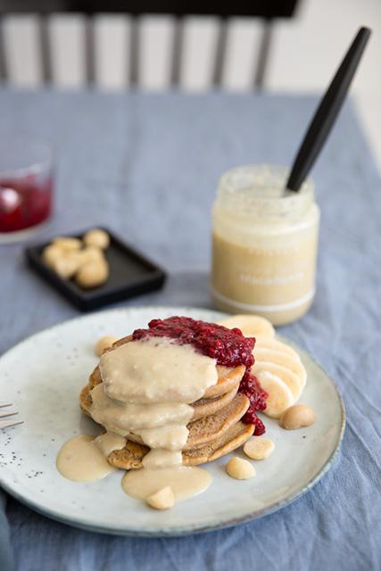 Gluten free pancakes with macadamia butter and chia jam.  Glutenfria pannkakor med macadamiasmör och chiasylt. Det blir bara pannkaka.