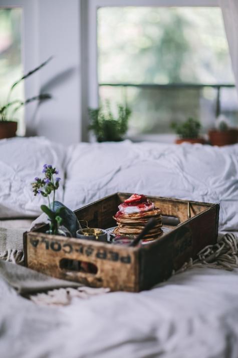 Eva Kosmas Flores  är en av världens vassaste matbloggare, om ni frågar mig. Kolla bara på de här  getost- och mascarponepannkakorna med rabarber- och jordgubbssirap ! Vill ha!