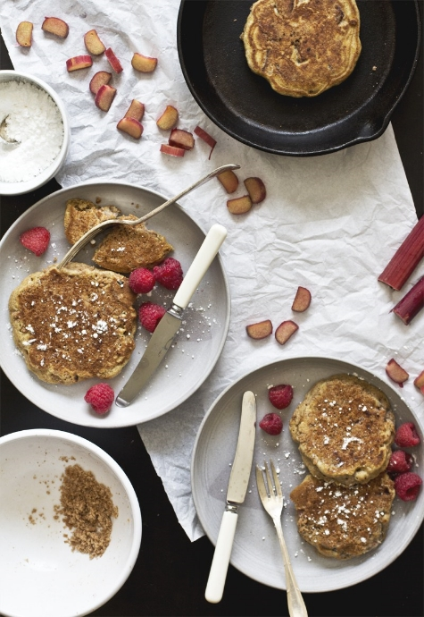 Ett av favoritrecepten i min pannkaksbok är amerikanska äppelpannkakor med smuldeg och ingefärssirap, en mix av äpplesmulpaj och pannkakor! Här är en annan hybridpannkaka för dig som inte kan välja mellan smulpaj och pannkakor. De är gjorda av  The Pancake Princess , en av världens mest inspirerande bloggar för oss pancake lovers.