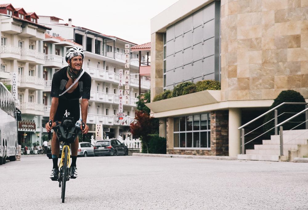cap80-happy-rider-black-shirt-yellow-bike-town-transcontinentalrace06