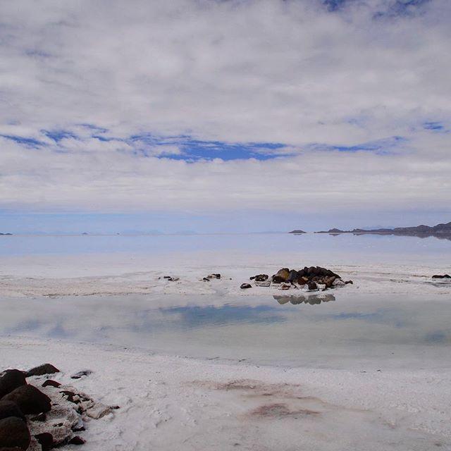 """Солончак Уюни - невероятное чудо света и самое яркое впечатление, привезённое с далёкого континента. Высохшее соленое озеро в пустынной равнине на высоте 3600 м над уровнем моря, которое покрыто поваренной солью толщиной до восьми метров. Во время сезона дождей солончак покрывается тонким слоем воды, повращаясь в бесконечную зеркальную поверхность, отражающую все, что происходит над горизонтом. Тот случай, когда дождь расценивается как """"повезло!""""). Шок первых минут сменяется азартом в попытках запечатлеть все визуальные эффекты этого удивительного места, а потом буквально замирает время, и все такое, казалось, важное становится вдруг мелким и незначительным в этом огромном хрустальном облаке.#abrazame_about_bolivia #abrazame #bolivia #uyuni #salardeuyuni #naturephoto #naturephotography"""