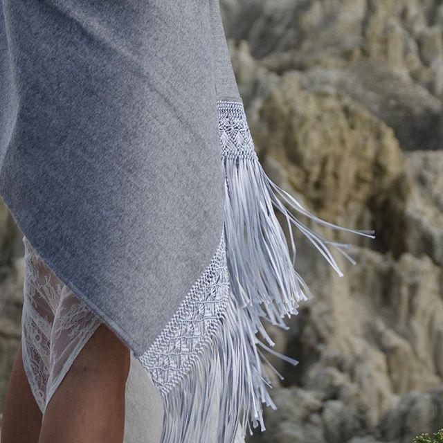Шёлк, шерсть, кружево, кожа.. pure harmony with #frostymoon. Нежного воскресенья вам! ❄️💧💎#details #abrazame #macrame #woollovers #woolscarf #шаль #палантин #шерстянаяшаль #альпака #alpaca #silk #backtobasics #fashionphoto #fashionpgotography #ss17collection  #ss17