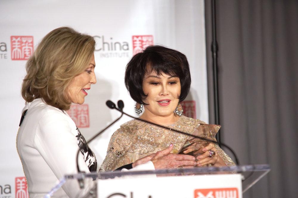 Dame Jillian Sackler, Yue-Sai Kan Award.jpg