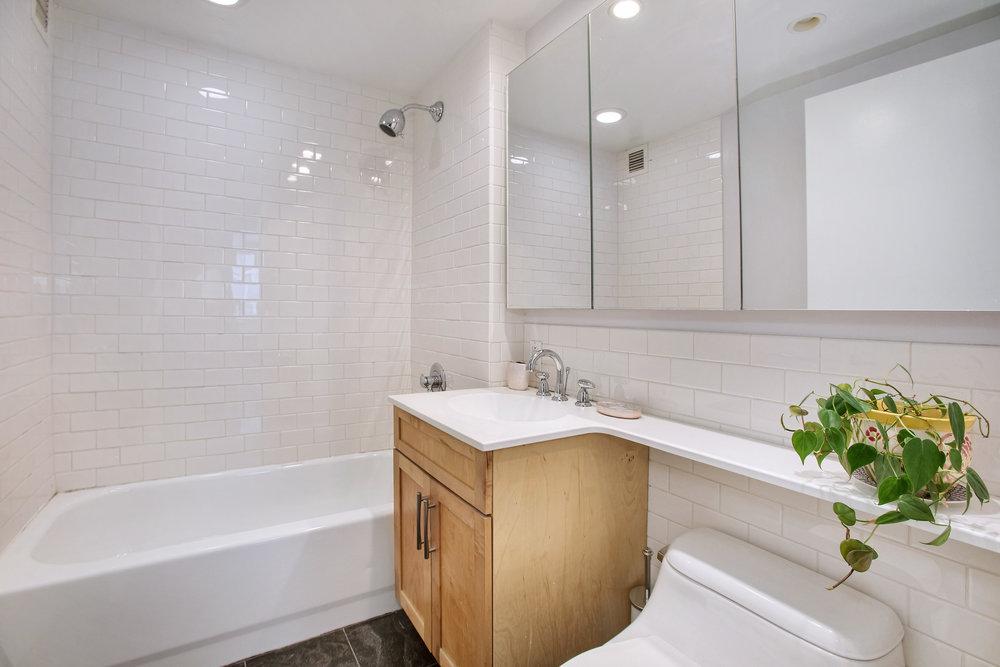 516w47thstn4a-bath.jpg