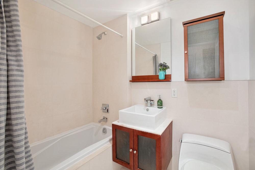 302_2ndst7f-bath.jpg