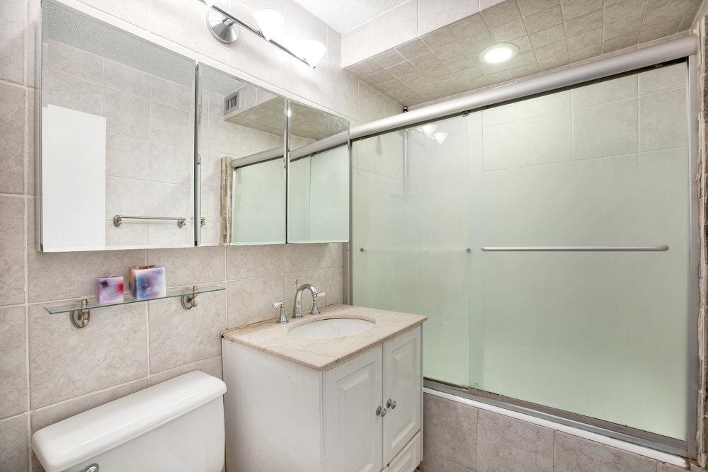 345e86thst5e-bath.jpg