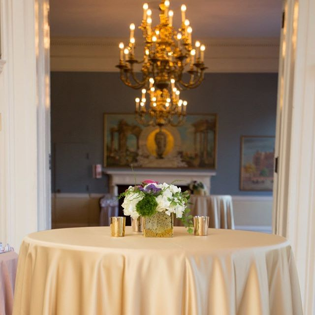 April showers may have brought these flowers. This classic arrangement is the perfect compliment to the historic details of the @harvardclubboston. • • • #dpievents #dpidecor #floral #harvard #bostondmc #dmcnetwork #floraldesign #golddecor #chandelier #meetingplanner #eventplanner #bostonmeetings
