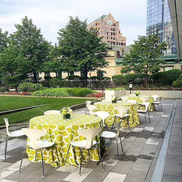 Let's take this party outside🌳, and to the 9th floor 🏙  We are loving this garden party set amongst Boston's #financialdistrict buildings • • • #dpievents #dpidecor #9ofs #gardenparty #hiddengem #dmc #bostondmc #outdoorevent #meetingplanner #eventplanner #bostonprofs
