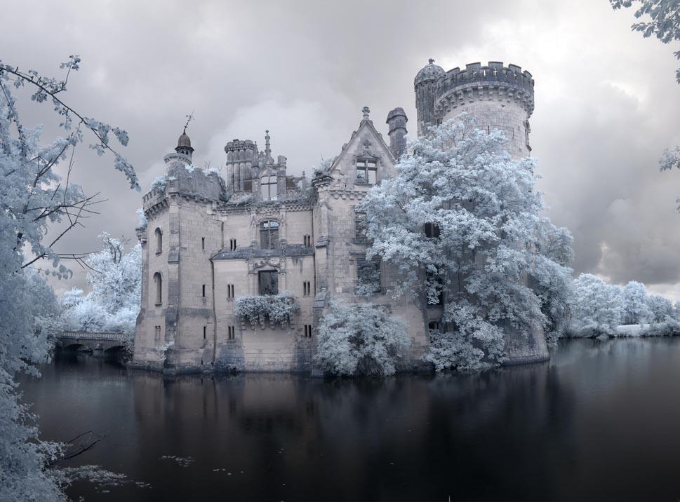 Château de la Mothe-Chandeniers w lake