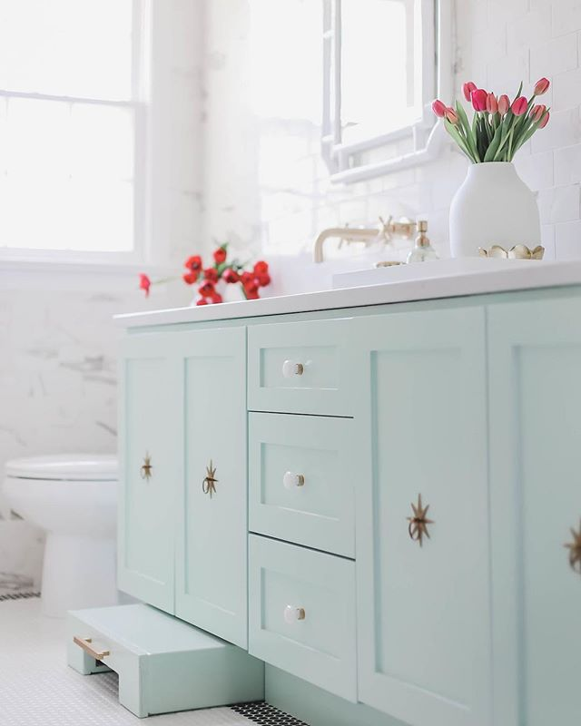 The #elmhurst kids bath was completed last week.  Loved working with my client and friend @leahjoyreel .  She has a beautiful family, go check out her beauty & lifestyle page! Construction//@bryanbeaversconstruction 📸//@beauandbellephotography //#ivyhouseinteriors