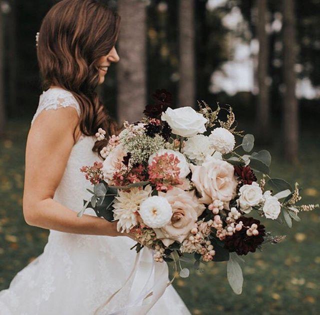 Octobre weddings are beautiful 🍂 @foudamour_mtl @saramaudephotographie @l_a_muse @grangemansonbarn @abeille_fleuriste