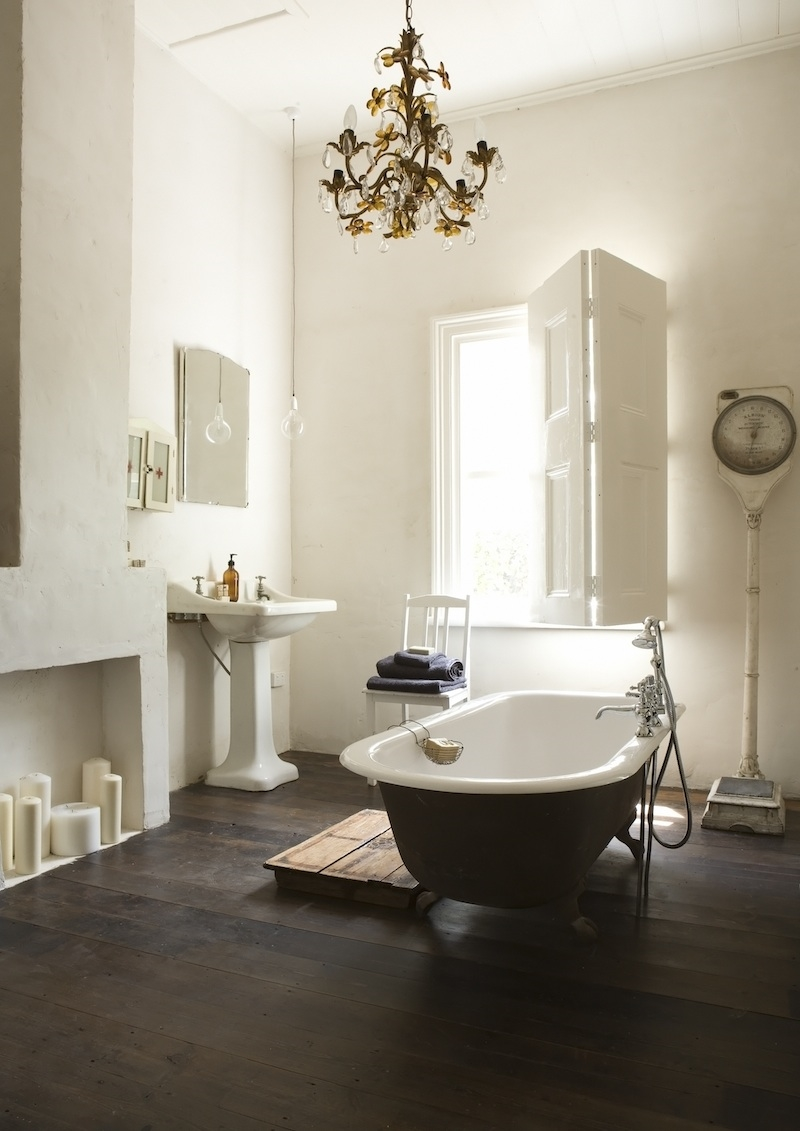 Vintage-bathroom-with-a-matching-chandelier.jpg