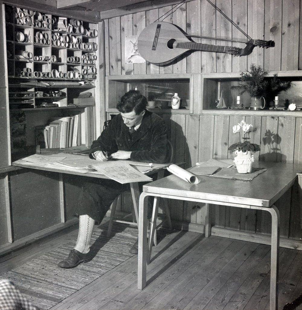 Ralph Erskine working in the Box, Lissma