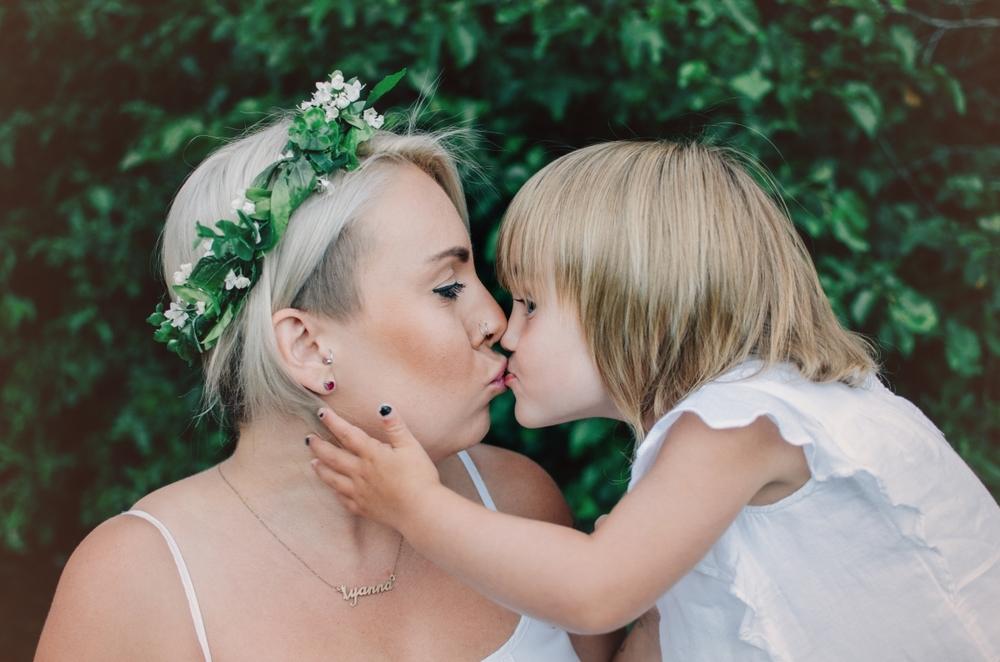 kiss-mommy-maternity-session.jpg