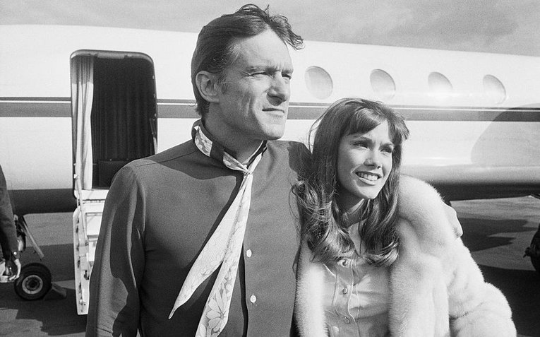 53-40596-hugh-hefner-with-barbi-benton-1491322167.jpg