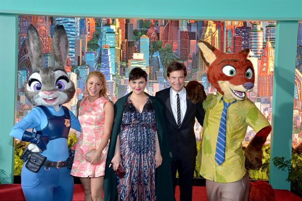 夏奇拉(左)、金妮弗·古德温(中)、杰森·贝特曼和动画角色朱迪、尼克合影 图片来源:时光网