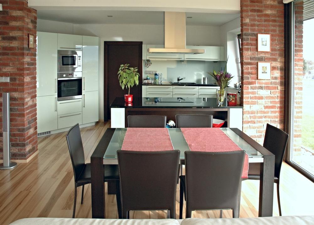 Perfektní kuchyně vždy nemusí být moderní a strohá... Důležité je cítit se v ní dobře. Tmavé pracovní desky přinášejí eleganci a dodávají zajímavý kontrast ke světlým plochám, v kuchyni velmi oblíbeným. Díky hnědým doplňkům působí tato příjemná kuchyně hřejivým dojmem.