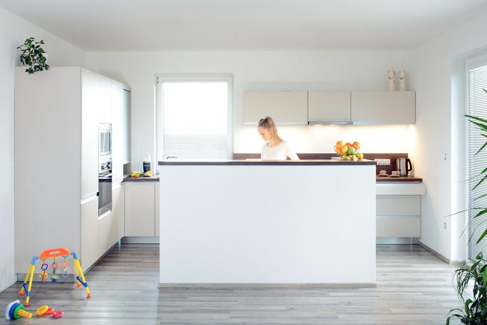 Dobře rozvržená a prostorná kuchyň je první rozměr luxusní kuchyně. Skvělá dispozice kuchyně, která je součástí obytného prostoru. Vše je v kuchyni po ruce. Dostatek světla ze dveří, kterými doslova vyklouznete z kuchyně na párty na terase. Množství zásuvek, úložných prostor a roletová skříňka v rohu u okna umožňují snadno udržovatelný pořádek a dovolí použití menších horních skříní, takže prostor působí vzdušně. Zvýšená zídka u ostrůvku krytá deskou v barvě pracovní desky účinně skrývá, co se právě teď vaří a chystá obyvatelům domu. Ostrůvek v kuchyni umožňuje kuchaři přehled co se kolem děje. Tím, že je i při práci otočen tváří do prostoru, může probíhat komunikace mezi všemi lidmi kolem. Hladké tvary dveří, integrované úchotové profily do hrany zásuvek, luxusní prostor, to jsou hlavní znaky současné trendy kuchyně.