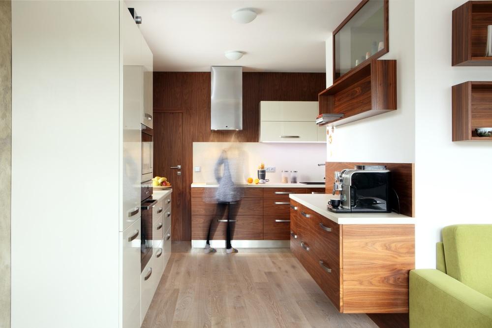 Netradičně řešená kuchyň, která naprosto respektuje prostor a přání majitelů. Vysoce moderní vybavení s výsuvy. Dřevěné dýze sekunduje světlý lesk v odstínu slonová kost. Celá kuchyň je teplá a hřejivá. Perfektně sesazená dýha přechází z jednoho čílka do druhého.
