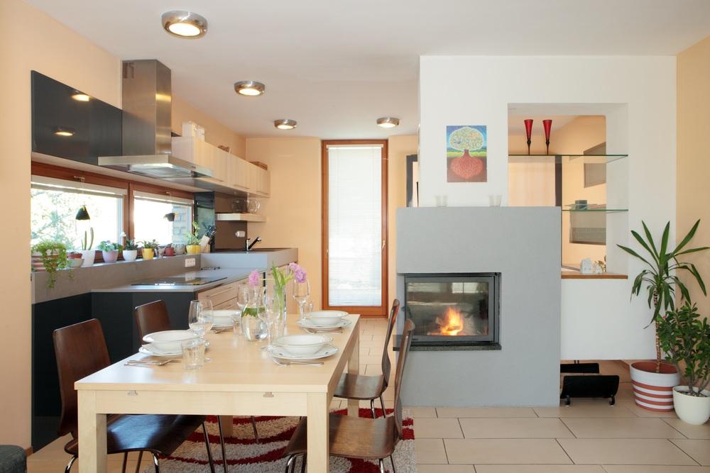 Když se řekne praktická kuchyň, může to znamenat například dvě úrovně pracovní desky. Taková vychytávka do kuchyně Vám může zpříjemnit vaření a navíc to vypadá opravdu dobře. Vyvýšení mycího místa umožňuje pohodlné umývání nádobí, aniž bychom se museli ohýbat, a zároveň navyšuje množství úložného prostoru pod dřez.