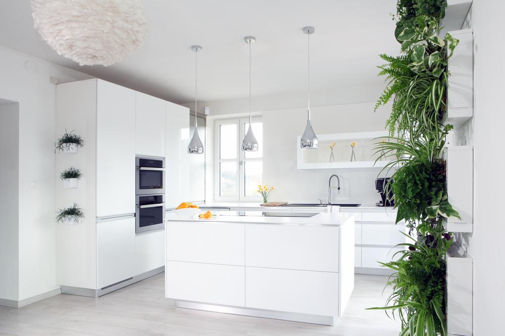 Kombinace bílé a zelené barvy dovede vždy interiér rozzářit. Vkusně doplněné živé rostliny vnesou do interiéru život. Takto řešené květinové stěny jsou navíc i jednoduše udržovatelné.