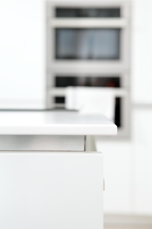 Vizuální čistota a precizně provedené detaily jsou to, co můžete od IQ kuchyní očekávat. Kromě funkčního řešení a exkluzivního designu sázíme i na perfektní provedení výroby a montáže - tak, abyste se mohli zamilovat.
