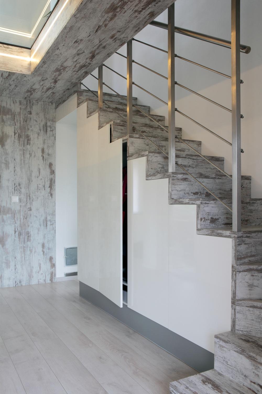 Důvtipné řešení ukládacích prostor přímo pod schody řeší nejen úsporu místa, ale tvoří i nosnou konstrukci celého schodiště - za jedny peníze hned dvojnásobný užitek. A jde i o výraznou časovou úsporu.