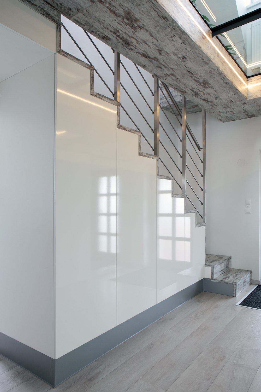 Tato barevná kombinace váš prostor prosvětlí a otevře. Lehká elegance tohoto designu a citlivě zvolených materiálů navozuje pocit čistoty a oduševnělou atmosféru už od vstupu do domu.