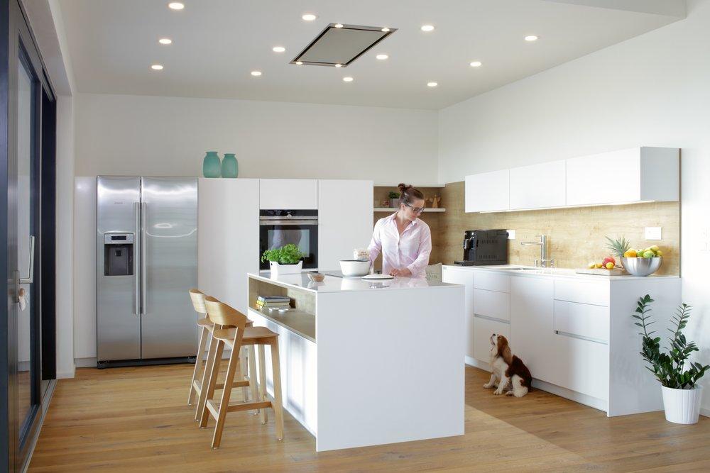 Dřevo a bílá barva vytváří příjemnou kombinaci do domácnosti. Útulnou, svěží, moderní. Prostě takovou, která se nebije, naopak, krásně ladí a doplňuje.