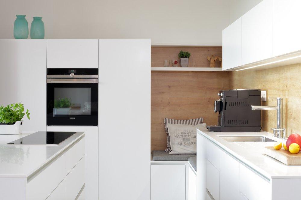 Bílou kuchyň stačí oživit pár vhodně zvolenými doplňky a hned vyzní jinak. Sedací kout vytvoří v kuchyni ještě příjemnější pocit a fakt, že si prostě můžete na chvíli sednout hned vedle, je prostě k nezaplacení.