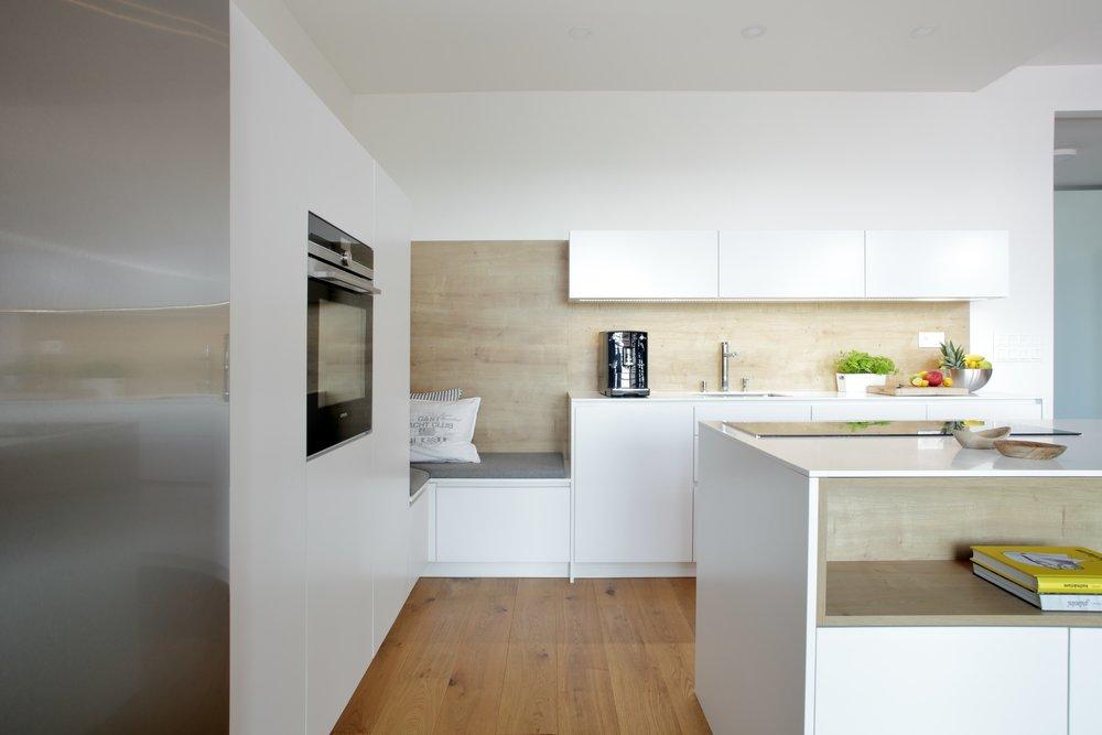 Opakování stejného prvku, materiálu nebo principu se v kuchyni, interiéru a celkově v designu vyplatí. Samozřejmě je potřeba mít pro to cit. Ve správném vyzní kombinace materiálů velmi profesionálně.