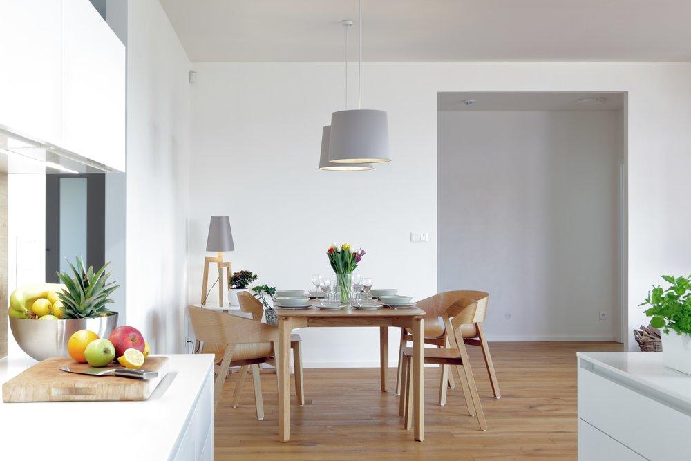 Jednoduchost, čistota a čerstvost - ať už ovocem, květinami, nebo dřevem. Kombinace, se kterou nešlápnete vedle a díky které bude váš interiér vždy vypadat skvěle.