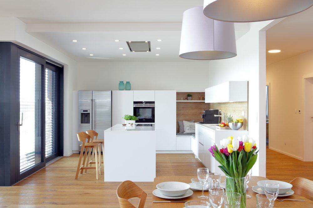 Díky bílé barvě vypadá každá kuchyň prostornější, čistější a uklidňující. Kombinací se správně vybraným dřevem můžete dosáhnout skvělého vzhledu a vaše kuchyň bude vypadat velmi moderně.