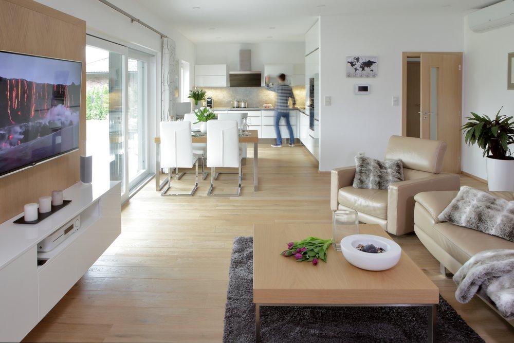 Barevné ladění domova má na psychiku veliký vliv. Je vhodné držet se 3-4 barev nebo odstínů, které se budou doplňovat a kombinovat v celém prostoru, na všech detailech. Docílíte tak moderní a celistvé vizáže vašeho domova.