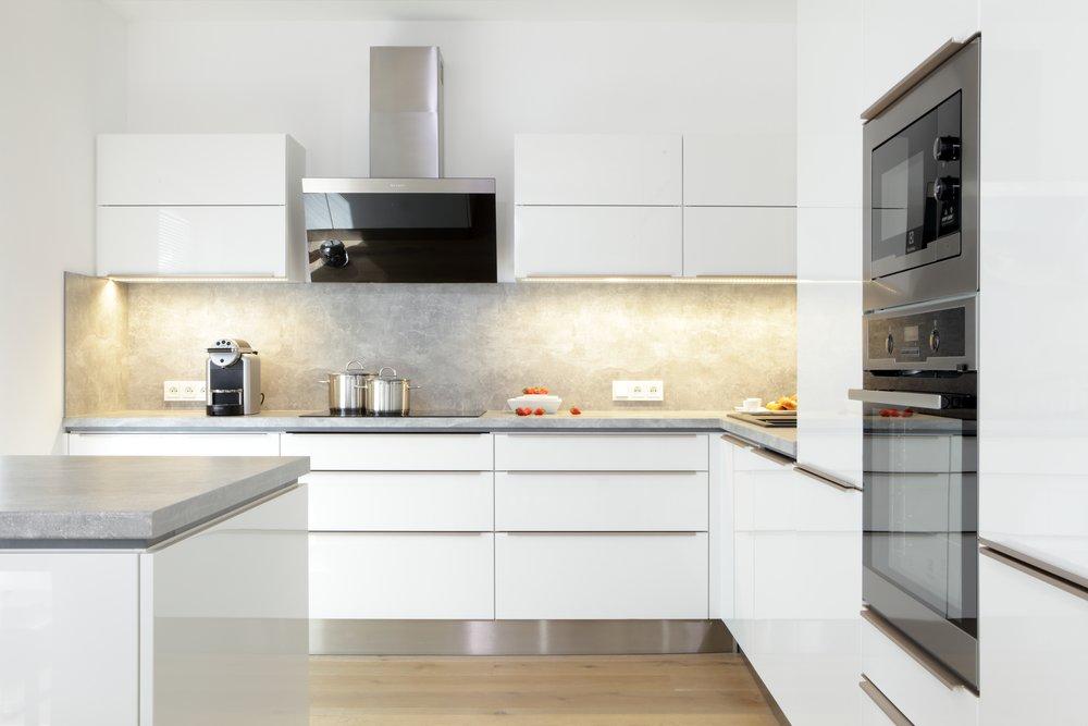 Obložení pracovní desky je malý ale důležitý detail, díky kterému bude vypadat vaše kuchyň celistvěji a moderněji. Plní také praktickou funkci - vhodnějším materiálem si ušetříte nervy a čas další údržbou.