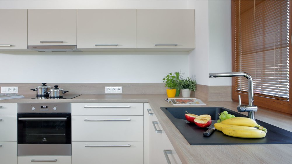 Světlé barvy v kuchyni podporují pořádek a řád, ale také výraznější viditelnost možných nečistot. Výhodou však je, že s nečistotami můžete vypořádat za čerstva. Kuchyň je pak udržovaná a stále čistá, narozdíl od pofilovaných materiálů které sice dokážou ladně nečistoty skrýt, zato je nemusíte ani spatřit a uklidit.