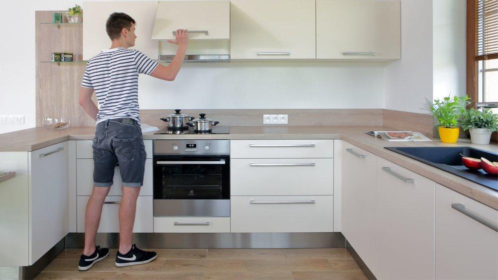 Promyšlená kuchyň znamená promyšlená do detailů. To znamená, pokud potřebujete použít mixér nebo šlehač, je dobré mít zásuvky na tom pravém místě. To samé platí s plochou za pracovní deskou - pokud je alespoň obklad lehce stíratelný, určitě si to budete pochvalovat.