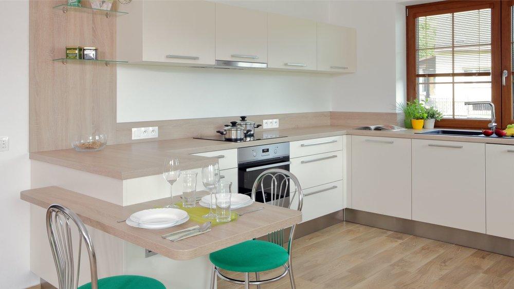Krémová barva spolu se světlým jemným dřevěným dekorem je příjemná kombinace. Kuchyně nemusí být výstřední, jak lze vidět, elegantní jsou také decentní.