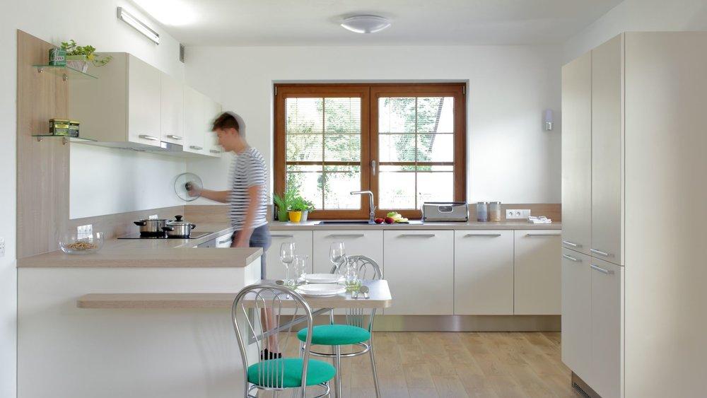 Světlo v kuchyni je bezpodmínečně jedním z nejdůležitějších faktorů, ať už mluvíme o světle přirozeném, nebo umělém osvětlení při večerních hodinách. Správná teplota světla a míra osvětlení dokáže vytvořit z vaší kuchyně neobyčejně kouzelné místo.