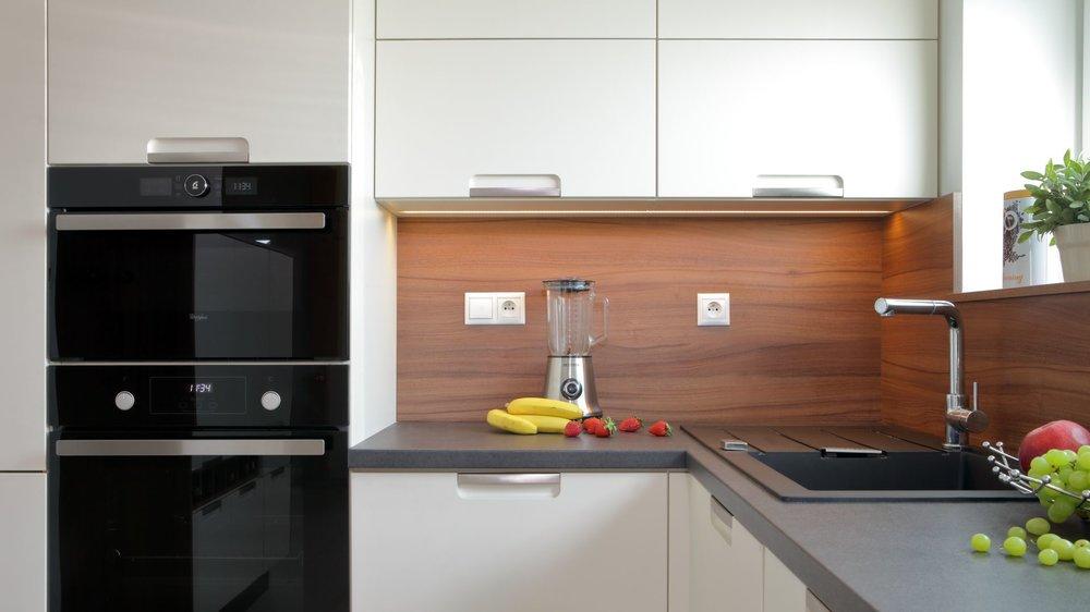 Rohy jsou nejméně využitelným prostorem, který budete nejen v kuchyňských skříňkách velmi těžko řešit. Takto hravě vymyšlený roh na fotografii majitelka kuchyně dokáže maximálně využít, jelikož je vyplněn dřezem a odkapávací plochou. Prostor je přizpůsoben, aby alespoň 1 osoba dokázala umývat nádobí, zatímco druhá osoba má dostatek prostoru pro utírání a také odkládání, popřípadě okamžité uklízení do horních či spodních skříněk.
