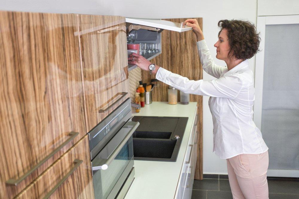 Perfektní sladění jemného dřevěného dekoru s lesklými plochami vytvoří z kuchyně vyjímečné místo. Už to není jen prostor pro vaření, ale pro život vaší rodiny.