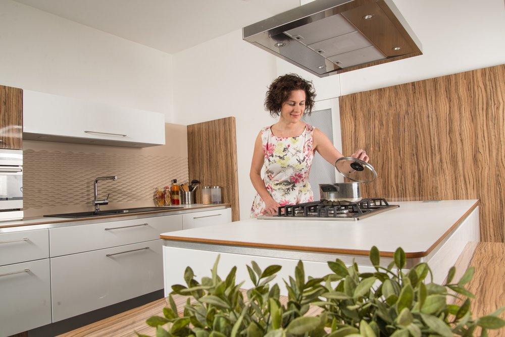 Dostatek místa pro vaření je tím správným receptem pro váš prostor. Jak jistě dáte za pravdu, není nic horšího, než nemít kam si odložit vařící hrnec nebo kde vyválet těsto :-)
