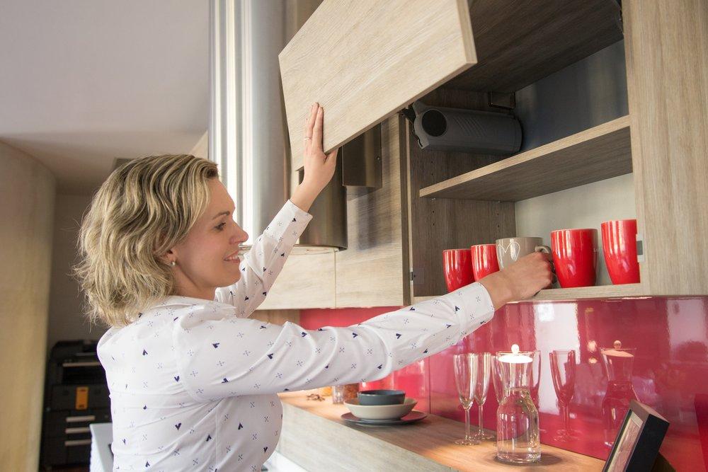 Tip-on je systém, díky kterému pouhým dotykem otevřete skříň a zmáčknutím tlačítka zase skříň uzavřete. Pohodlné inovativní řešení,  pro moderní kuchyň jako šité.