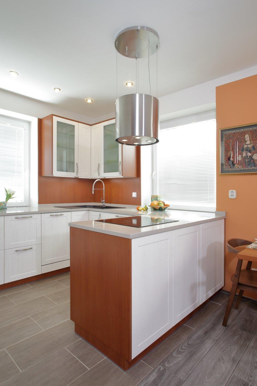 Elegantní a jednoduchý odsávač, který je na pravém místě a neruší tak okolní prostředí kuchyně. Decentní, ale plnící svou funkci.