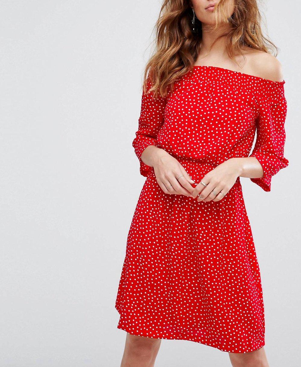 schulterfreies gepunktetes kleid in rot
