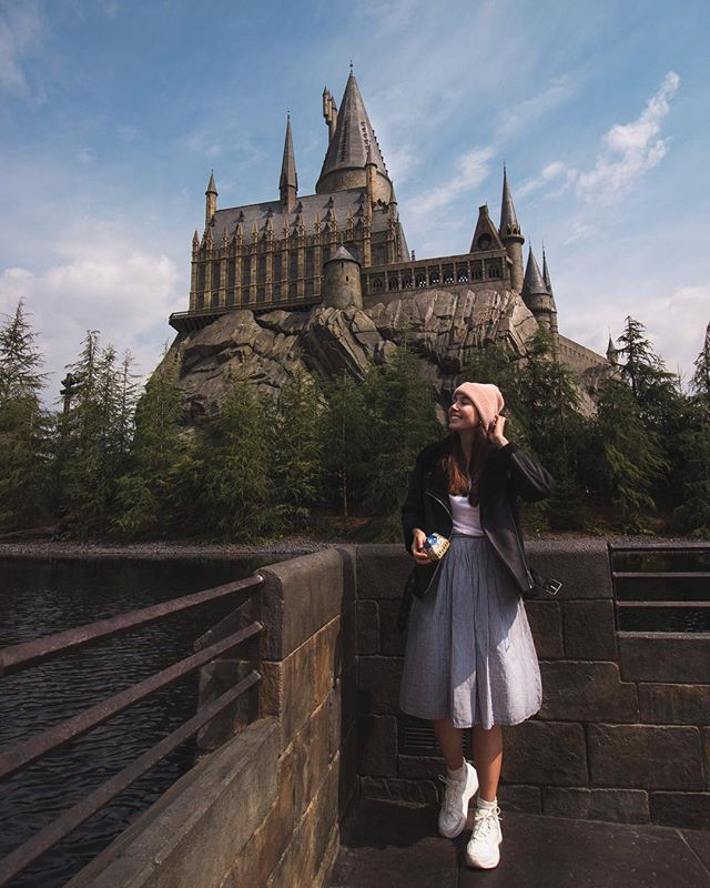 Proud Ravenclaw finally got her letter! 🦅 Just kidding. Still waiting. But at least I could feel a little of the magic in Universal Studios Japan! Strolling through the snow covered Hogsmead, walking right into Hogwarts to explore the dungeons and classrooms- the fact that all the characters spoke in Japanese made the experience even more surreal 💫 I really really had a great time, so If you're into Harry Potter and everything Universal, crazy rollercoasters, cute themed snacks and you're ready to spend around $90 for the entrance DON'T MISS OUT! Just make sure you come on a weekday, book your ticket in advance online and come as soon as the park opens the gates! . . . #universalstudios #universalstudiojapan #hogwarts #osaka #travelcommunity #wearetravelgirls #sheisnotlost #femmetravel #backpackerstory #passionpassport #traveladdict #theglobewanderer #girlsthatwander #dametraveler #darlingescapes